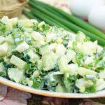 Летние блюда. Зеленый лук в яйце.